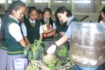 A teacher explains sustainable and organic farming to students of different Tibetan schools in Dehradun. (Photo: Dalai Lama Center. All rights reserved.)
