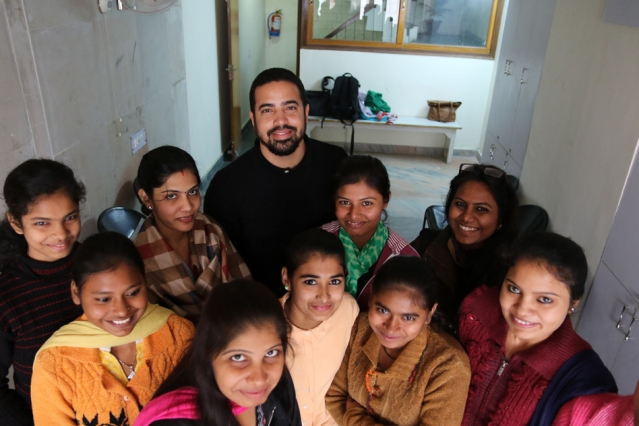 Photo of Cauam Cardoso standing with a group of young Indian women.